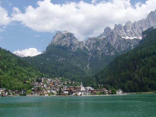Alleghe e il suo lago (www.vacanze-e-montagna.it)